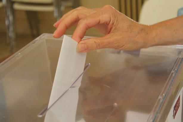 PSOE y Podemos registran su reforma para quitar el voto rogado y dar una papeleta en blanco a los electores del exterior