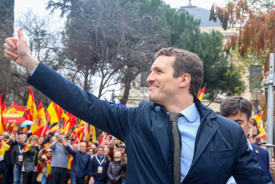 Casado se da un baño de masas en la concentración de Madrid arropado por sus barones territoriales
