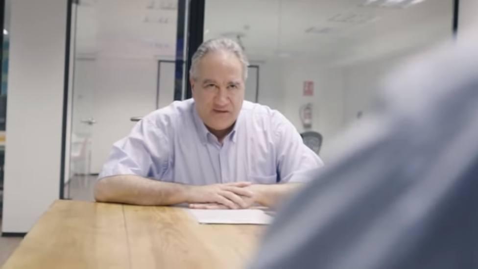Un hombre consigue trabajo tras la campaña viral creada por su hijo