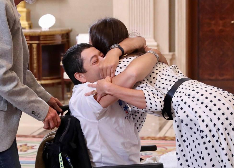 El emotivo abrazo de Gerardo, sordociego en silla de ruedas, a la Reina: ¡Qué guapa!