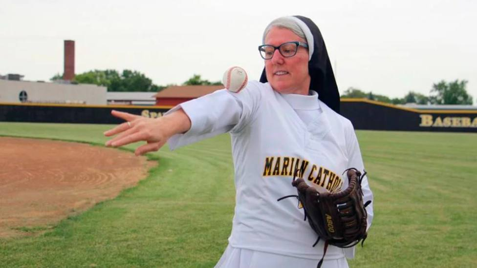 Sor Mary Jo Sobieck muestra sus habilidades con la pelota de béisbol   Religious News Service