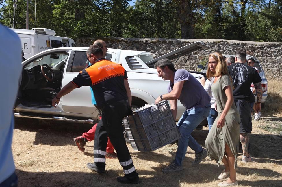 Miembro de Protección Civil ayudado por voluntarios