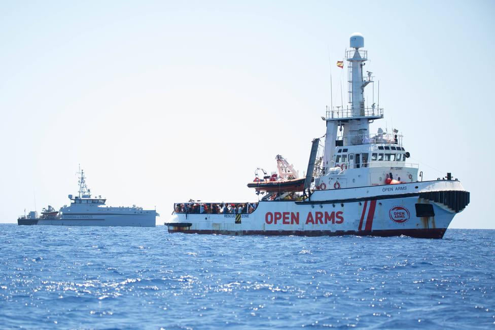 España insiste en su oferta de puerto al Open Arms pero la ONG lo ve incomprensible estando a 800 metros de Lampedusa