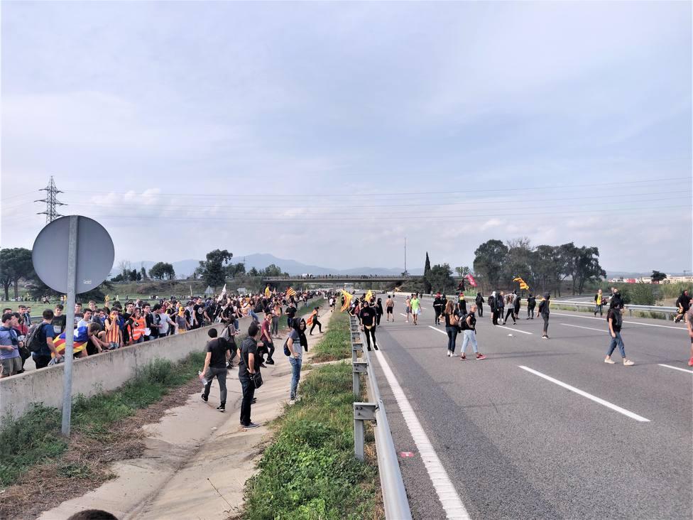 Manifestantes cortan la AP-7 a la altura de Girona
