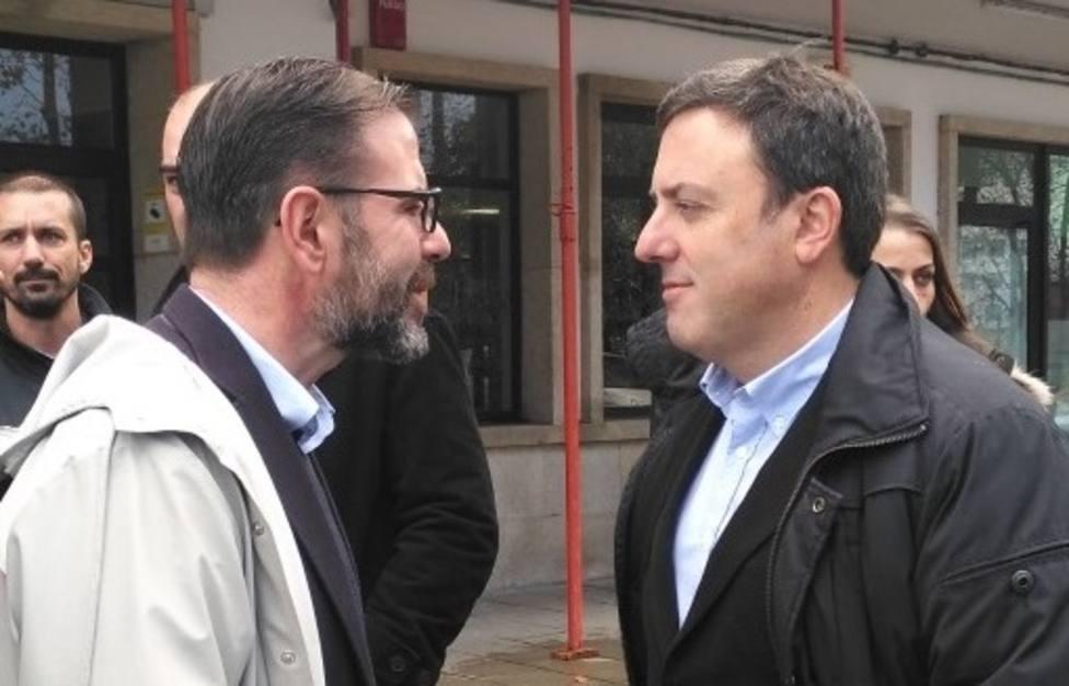 El alcalde de Ferrol, Ángel Mato, conversa con Valentín González, secretario xeral del PSdG en A Coruña