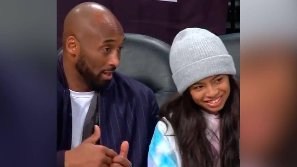 Kobe Bryant, junto a su hija Gigi, en un partido de baloncesto, días antes del accidente