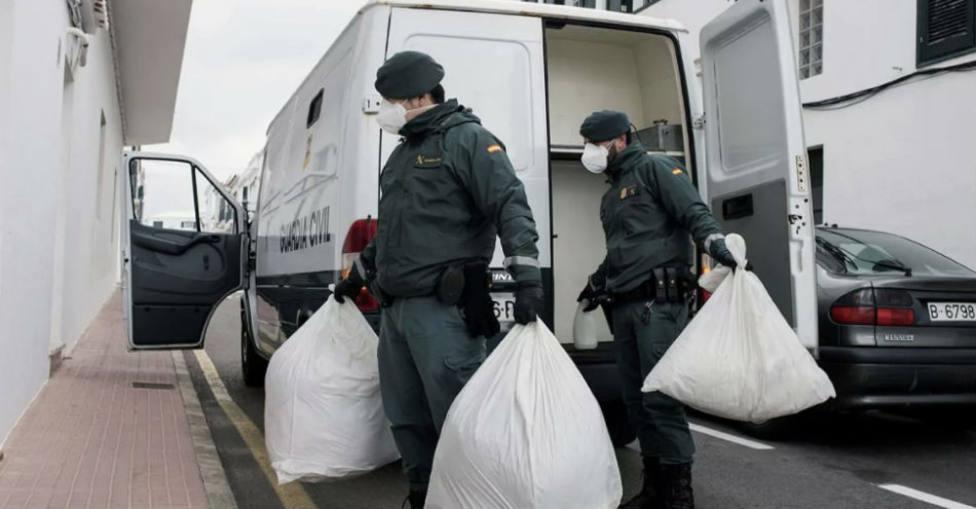 Agentes de la Guardia Civil con material incautado