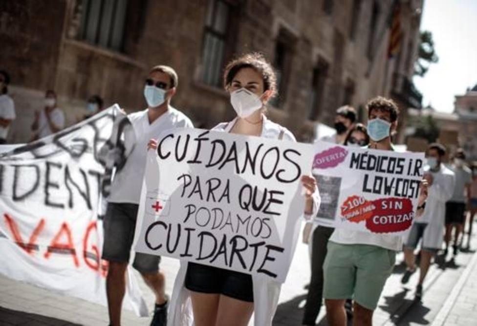 Carteles de protesta en la huelga de los MIR valencianos