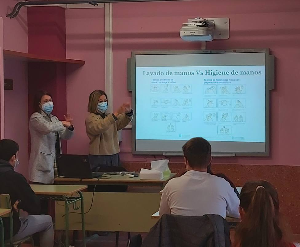 Enfermeros en el IES de Narón. FOTO: Xunta de Galicia