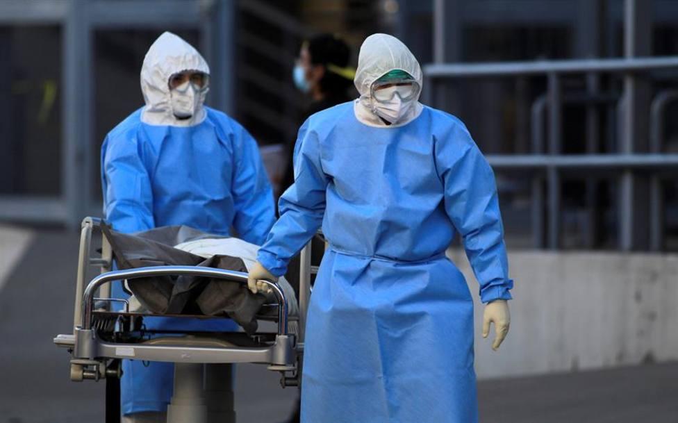 Empleados de la salud trasladan a la morgue a una persona fallecida por la covid-19 en México