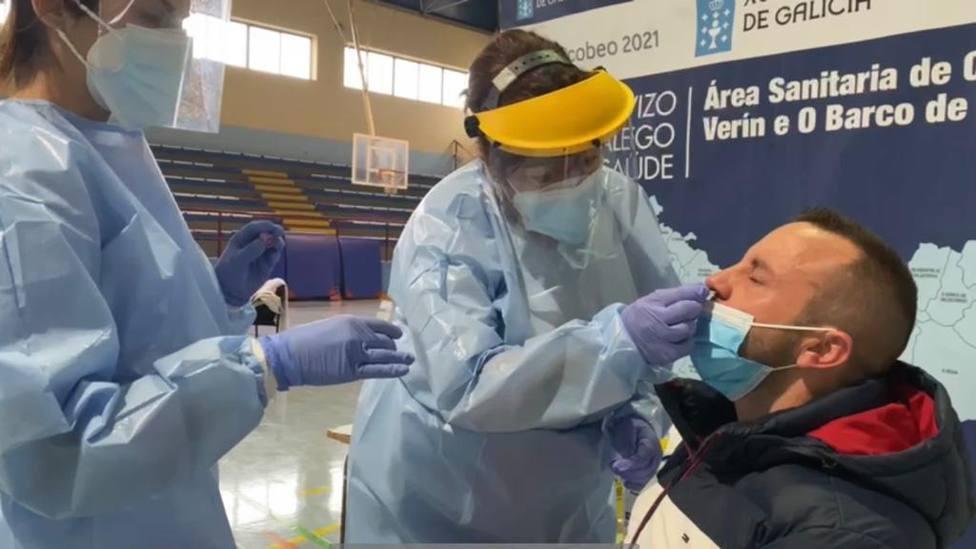 Personal sanitario realizando la prueba PCR en el pabellón de Xinzo de Limia
