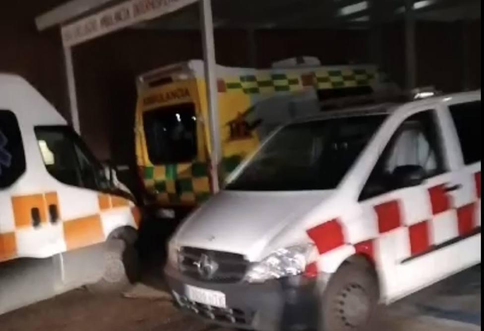 Colas de ambulancias en la puerta de Urgencias del Hospital Universitario de Badajoz