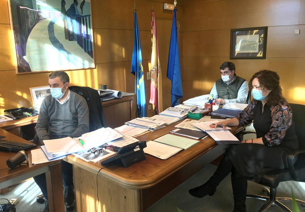 Foto reunión del Consejero de Medio Rural (IGP Miel de Asturias)