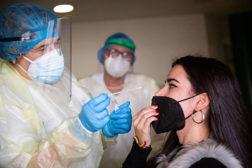 Una mujer se somete a una prueba de antígenos - Javier Pulpo - Europa Press - Archivo