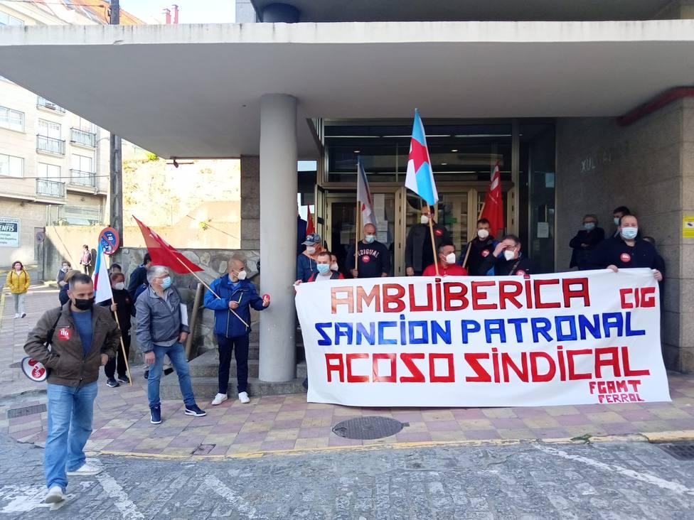 Concentración a las puertas del juzgado de Ferrol en apoyo al trabajador el 15 de junio - FOTO: CIG