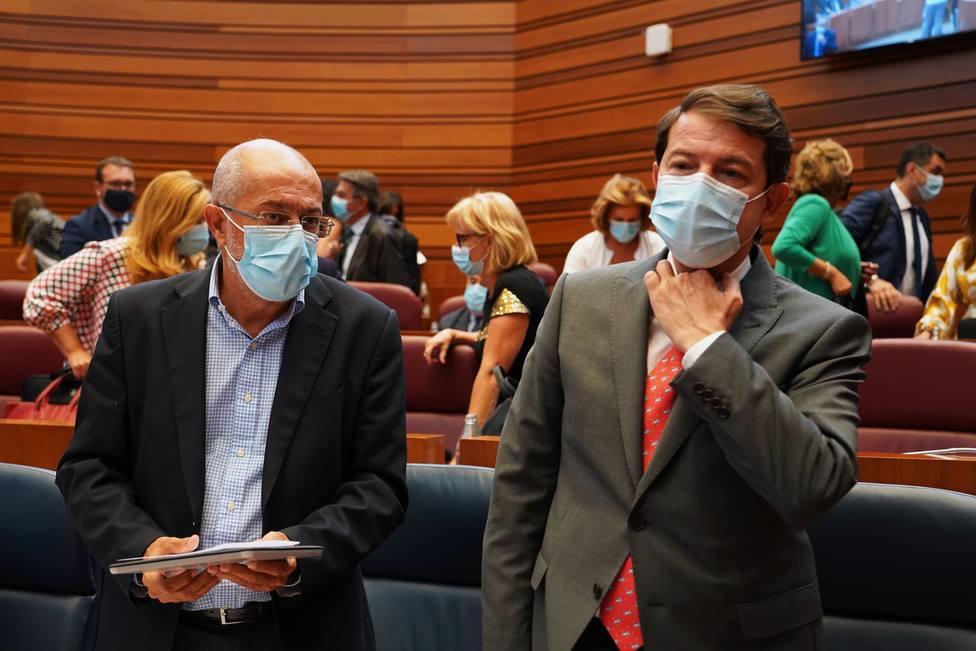 Francisco Igea (Cs) y Alfonso Fernández Mañueco (PP) en la sesión plenaria de las Cortes de Castilla y León
