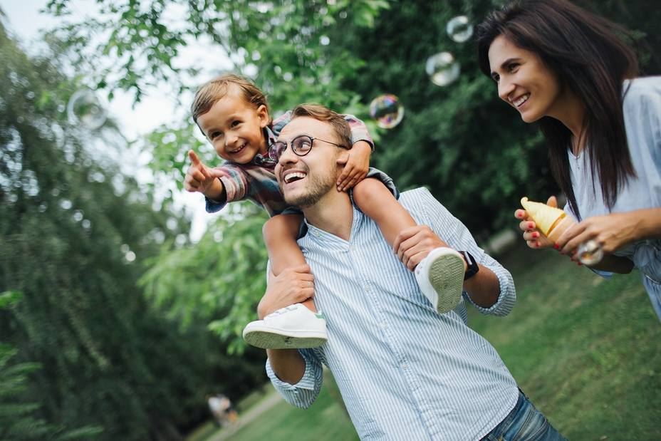 El 65% de los padres afirma que no juega lo suficiente con sus hijos, según un estudio