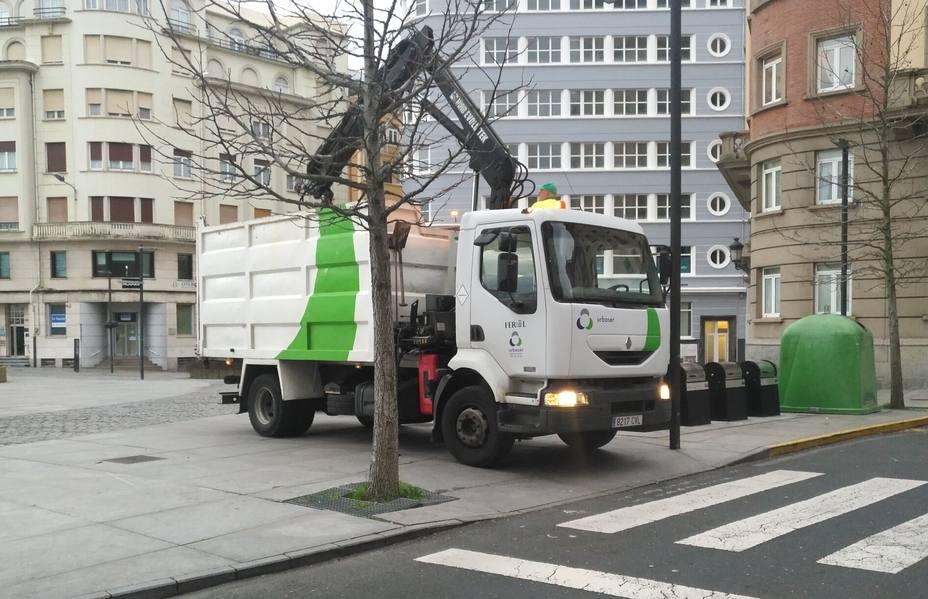 Operarios de Urbaser en Ferrol realizando tareas en la plaza de España