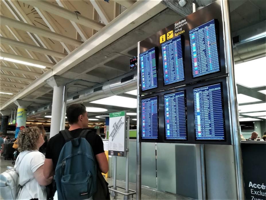 Expertos plantean prohibir la venta de alcohol en aeropuertos y aviones para frenar el turismo de borrachera