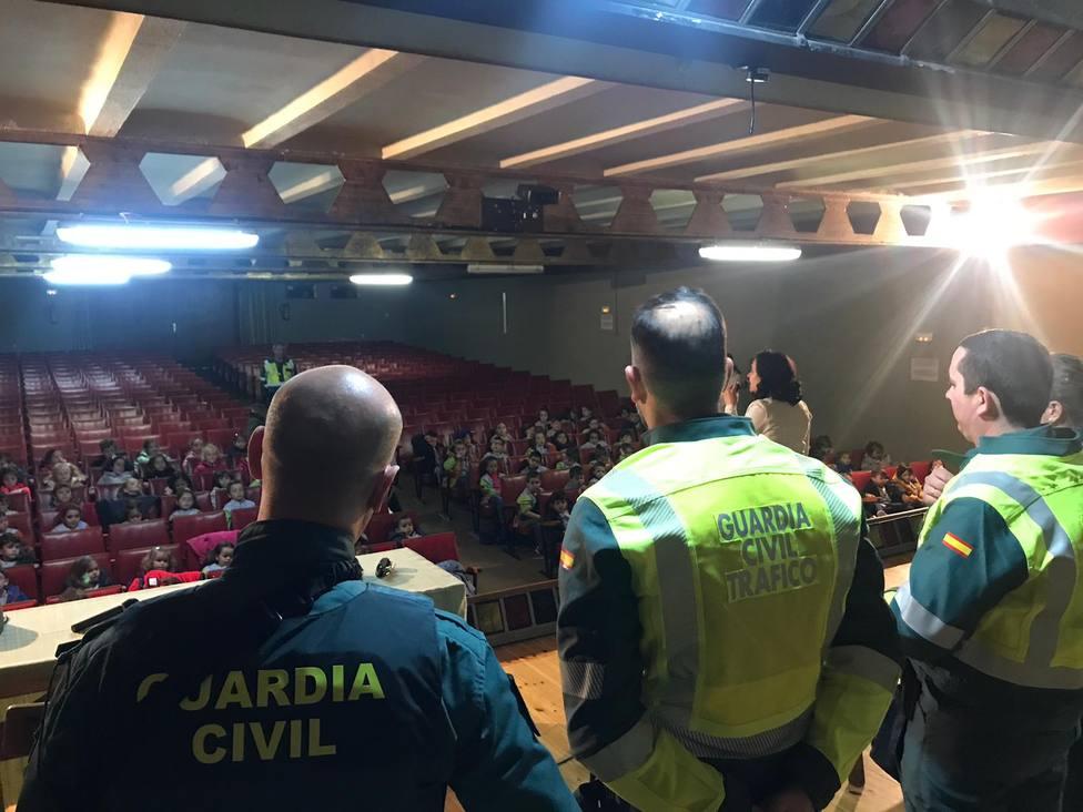 Visita de la Guardia Civil en el Colegio Dominicas de Aranda de Duero