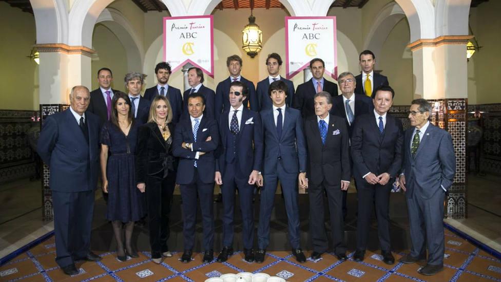Juan José Padilla y Andrés Roca Rey junto al resto de toreros que acudieron al Premio Taurino de ABC