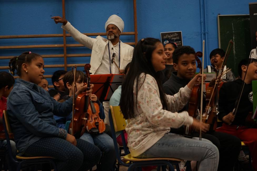 Carlinhos Brown reivindica el poder de cohesión de la música bailando en un multirracial colegio madrileño