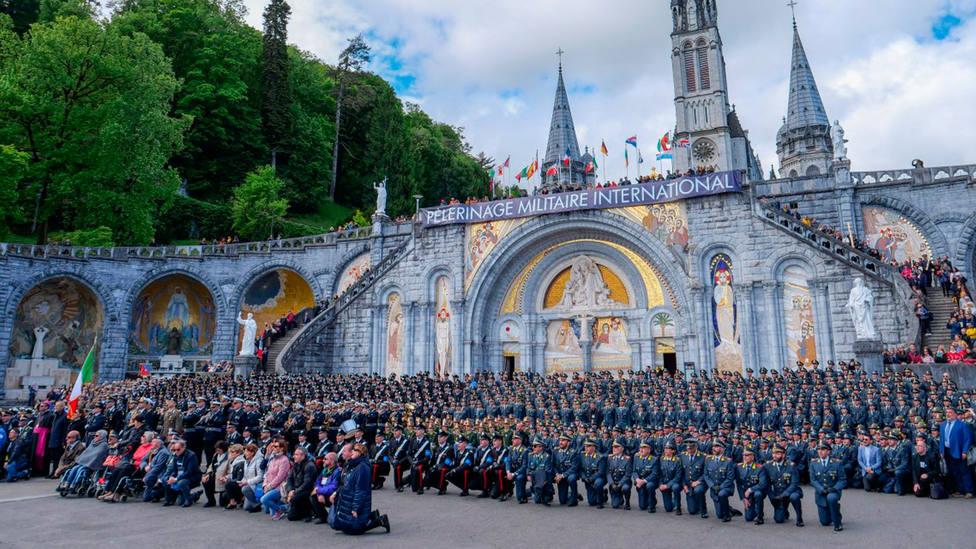 Militares de todo el mundo posan al final de la peregrinación al santurario de Lourdes | dioceseauxarmees.fr