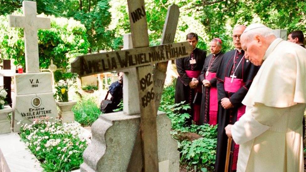 Juan Pablo II, en el cementerio de Belu, frente a las tumbas de mártires católicos del comunismo