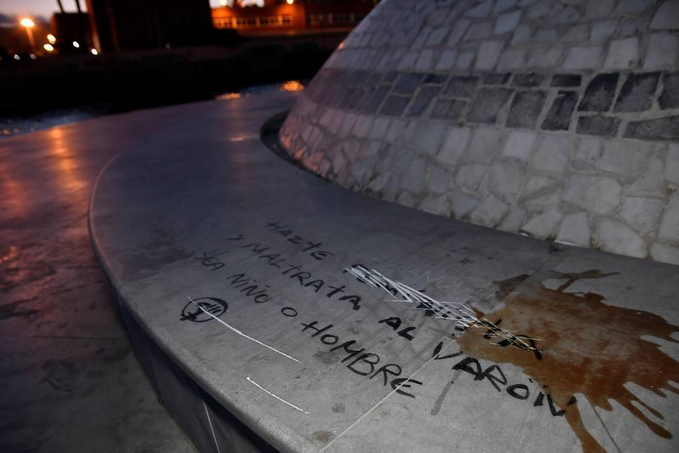 """Aparecen pintadas en el monumento dedicado al niño Gabriel Cruz: """"Maltrata al varón"""""""