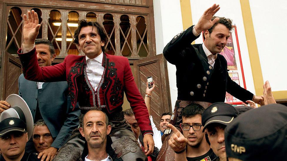 Diego Ventura y Andy Cartagena en su salida a hombros este domingo en Santander