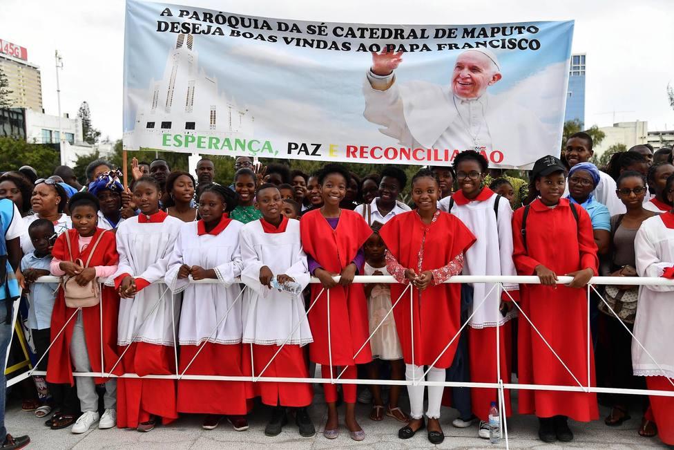 Un misionero consigue que los más pobres puedan ver al Papa en África con una sábana y un proyector