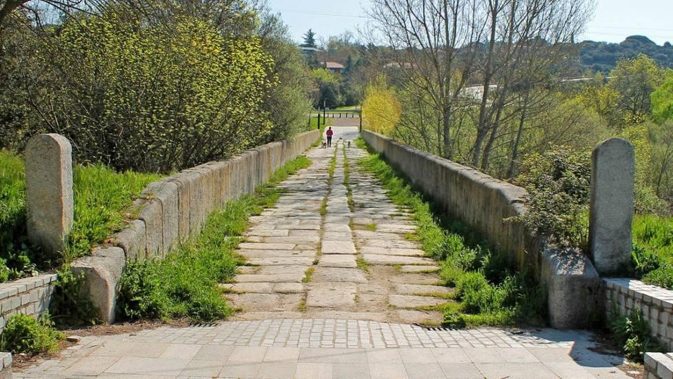 Los caminos permiten conocer puntos de interés histórico como el Puente de Herrera