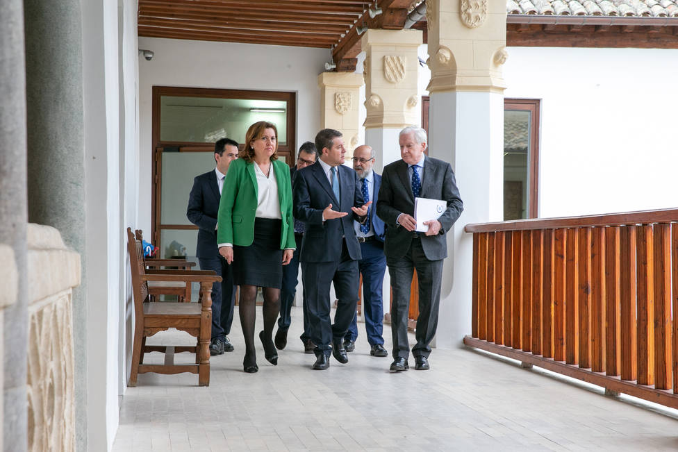 El vicepresidente de la Fundación VIII Centenario, Antonio Méndez Pozo (dcha.) junto al presidente de Castilla