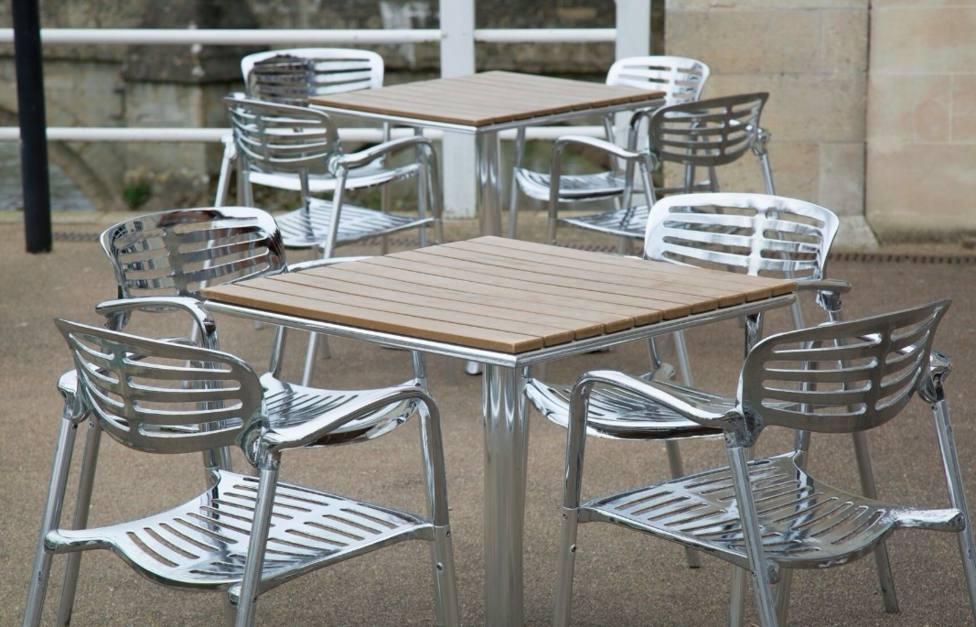 Mesas de terraza sin clientes