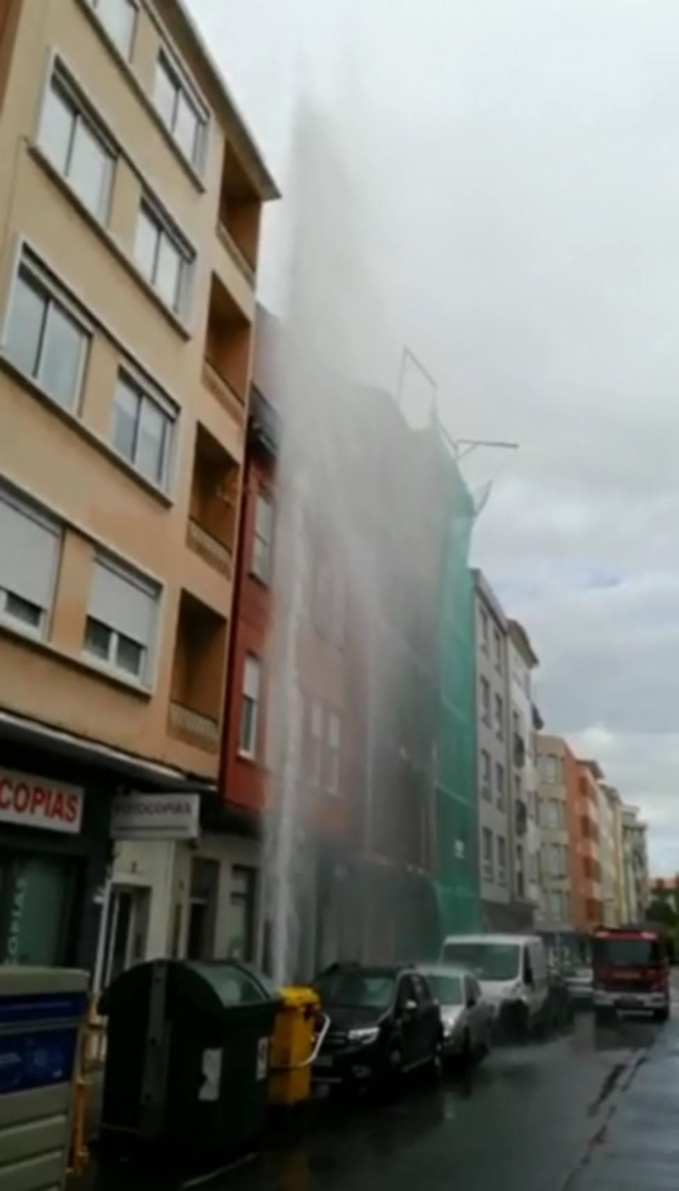 La presión hizo que el agua superara la altura de un cuarto piso - FOTO: Cedida