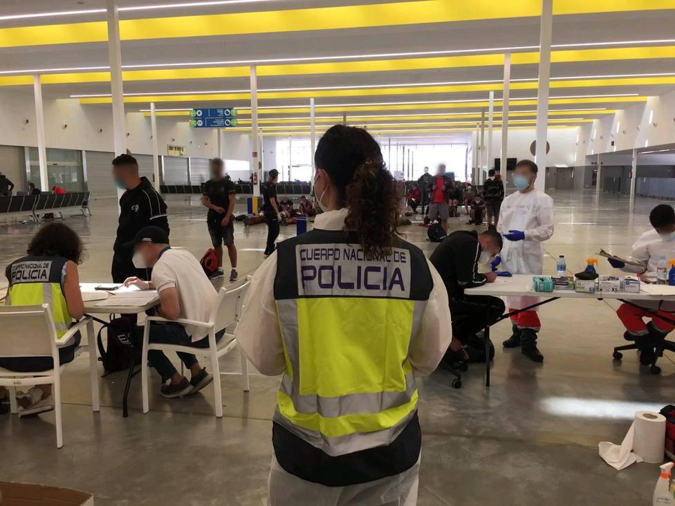 Policía atiende inmigrantes