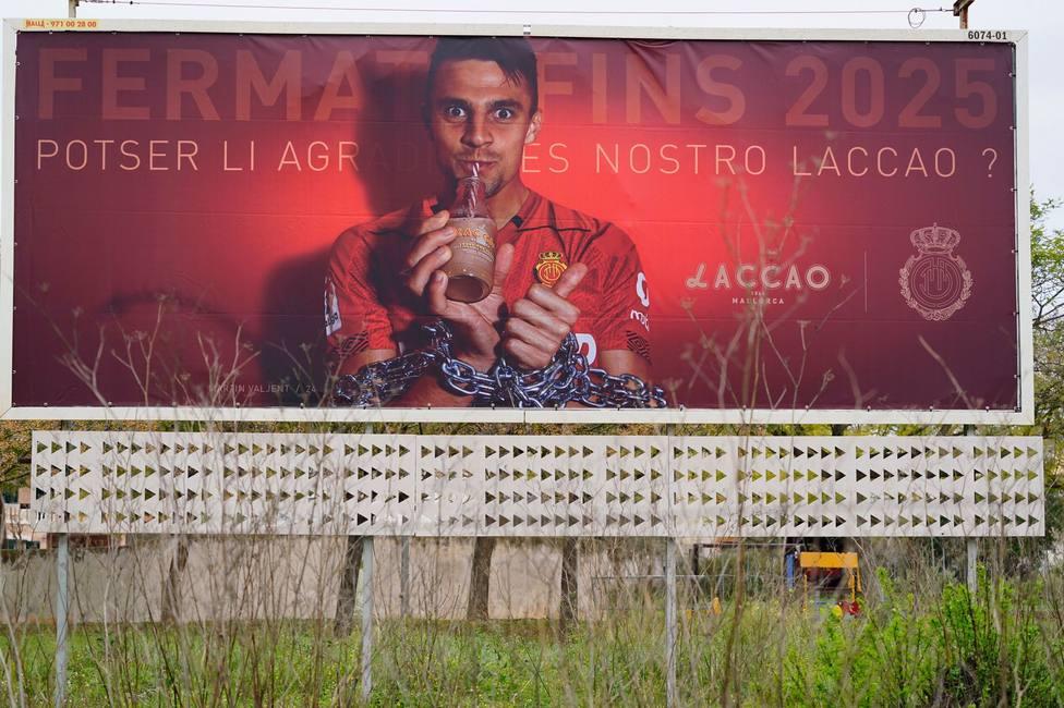 Valla publicitaria con la que anuncia el Mallorca la renovación de Valjent