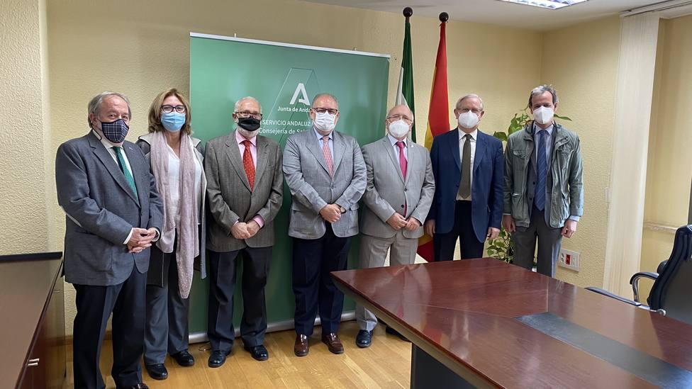 Acuerdo entre el SAS y el CACM para impulsar la participación de médicos voluntarios en la vacunación