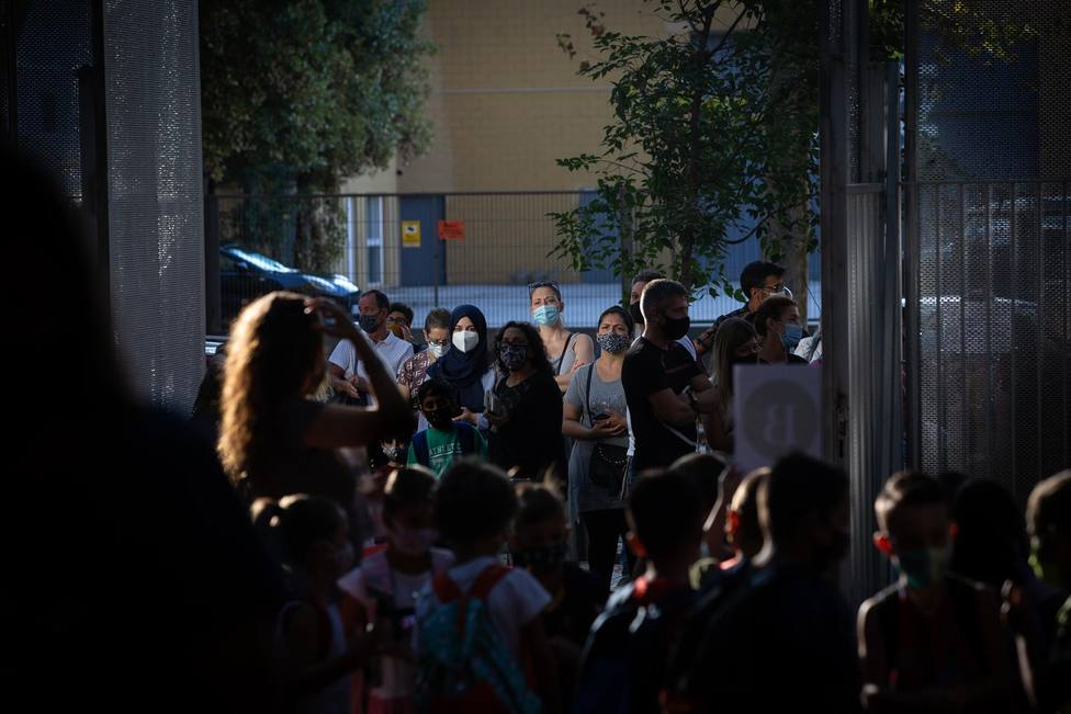 Padres, madres y alumnos esperan a las puertas de un colegio - David Zorrakino - Europa Press - Archivo