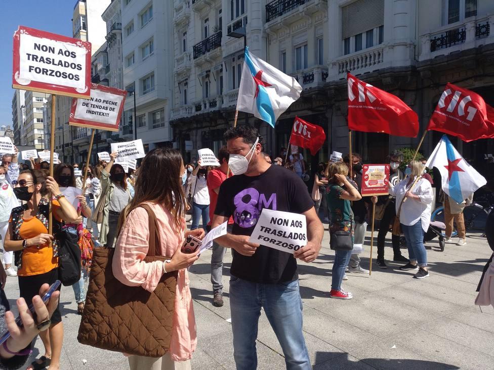 El diputado del BNG Mon Fernández en una movilización de Inditex en la plaza de Lugo. FOTO: BNG