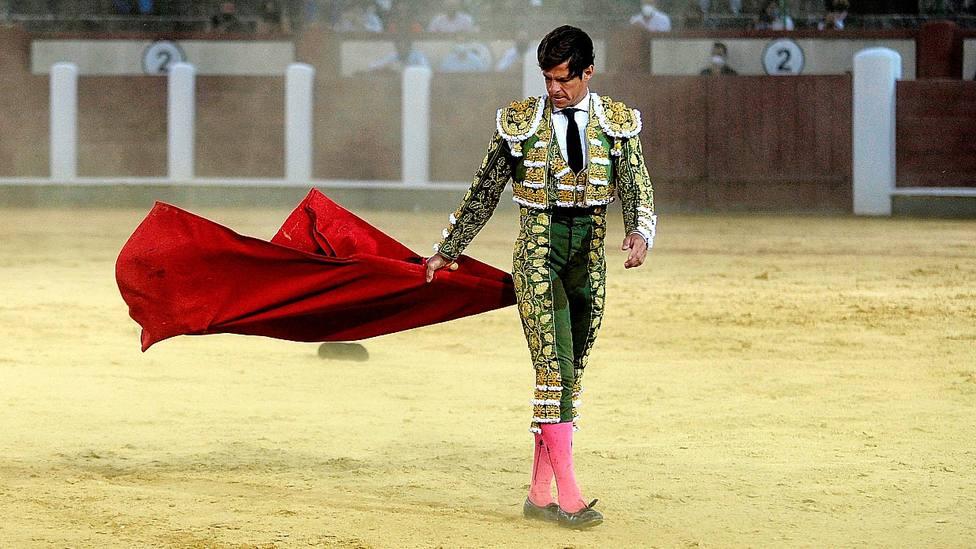 El Juli durante la faena de muleta al cuarto toro con el viento como protagonista