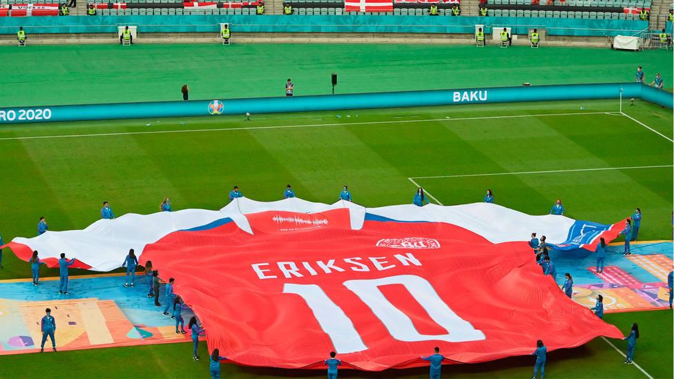 Una camiseta gigante de Eriksen, en la previa del República Checa - Dinamarca, de la Eurocopa 2020