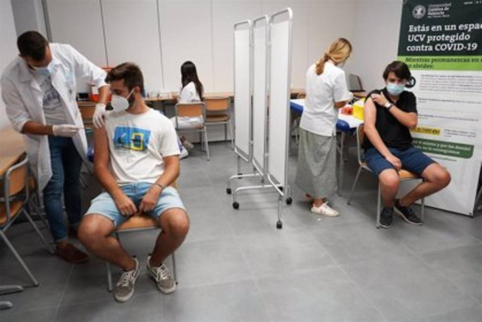 Jóvenes vacunándose
