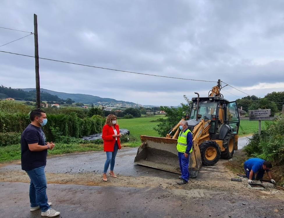 Pablo Mauriz y Marián Ferreiro conversan con unos operarios en la zona de O Val - FOTO: Concello de Narón