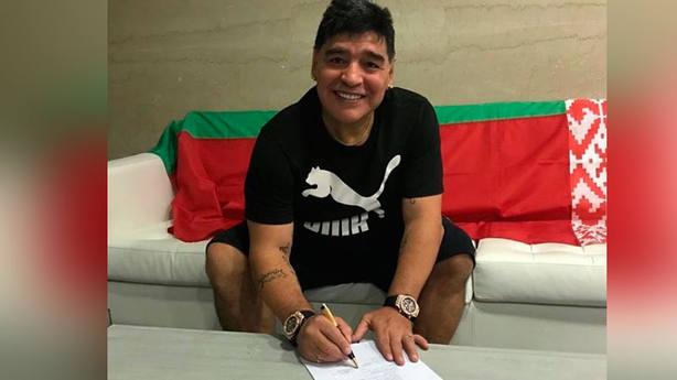 Diego Armando Maradona, firmando su contrato con el Dinamo Brest (@maradona)