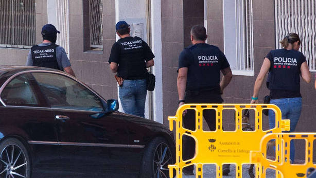 Policías tras el atentado de Cornellá