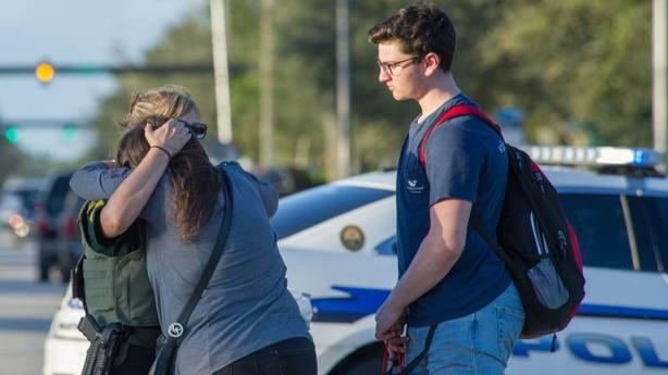 Familiares consuelan a varios estudiantes tras el tiroteo registrado en Florida