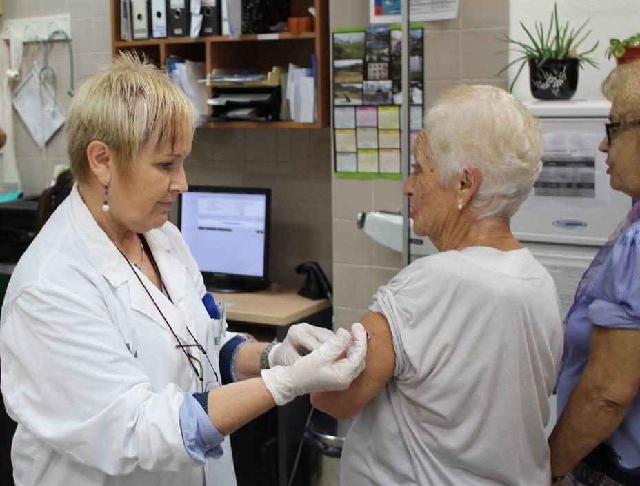 Foto de archivo administrando vacuna contra la gripe - FOTO: Europa Press