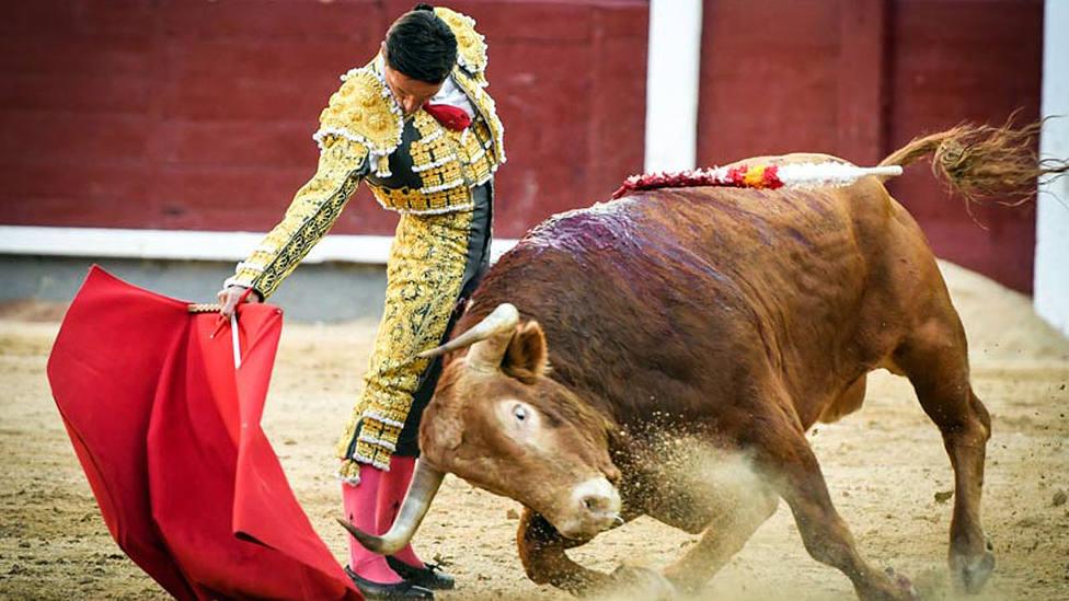 Derechazo de Diego Urdiales al quinto toro de Alcurrucén este viernes en Las Ventas