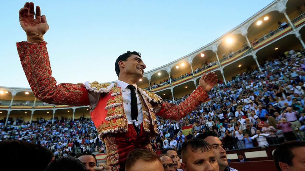 Salida a hombros de Paco Ureña bilaketarekin bat datozen irudiak